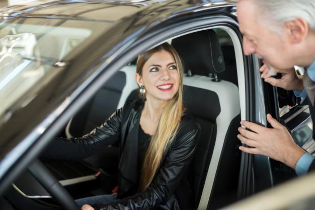 mulher conversando com o vendedor para comprar seu novo carro em um showroom 53419 7322 - Coronavírus: 3 maneiras que o GPS pode te ajudar.